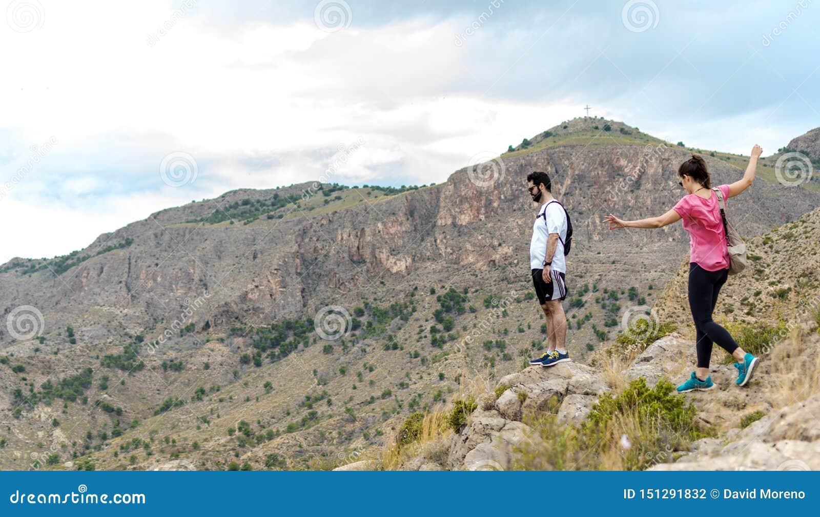 Orihuela, Espanha - 22 de junho de 2019: Grupo que caminha ir ao longo do monte no verão