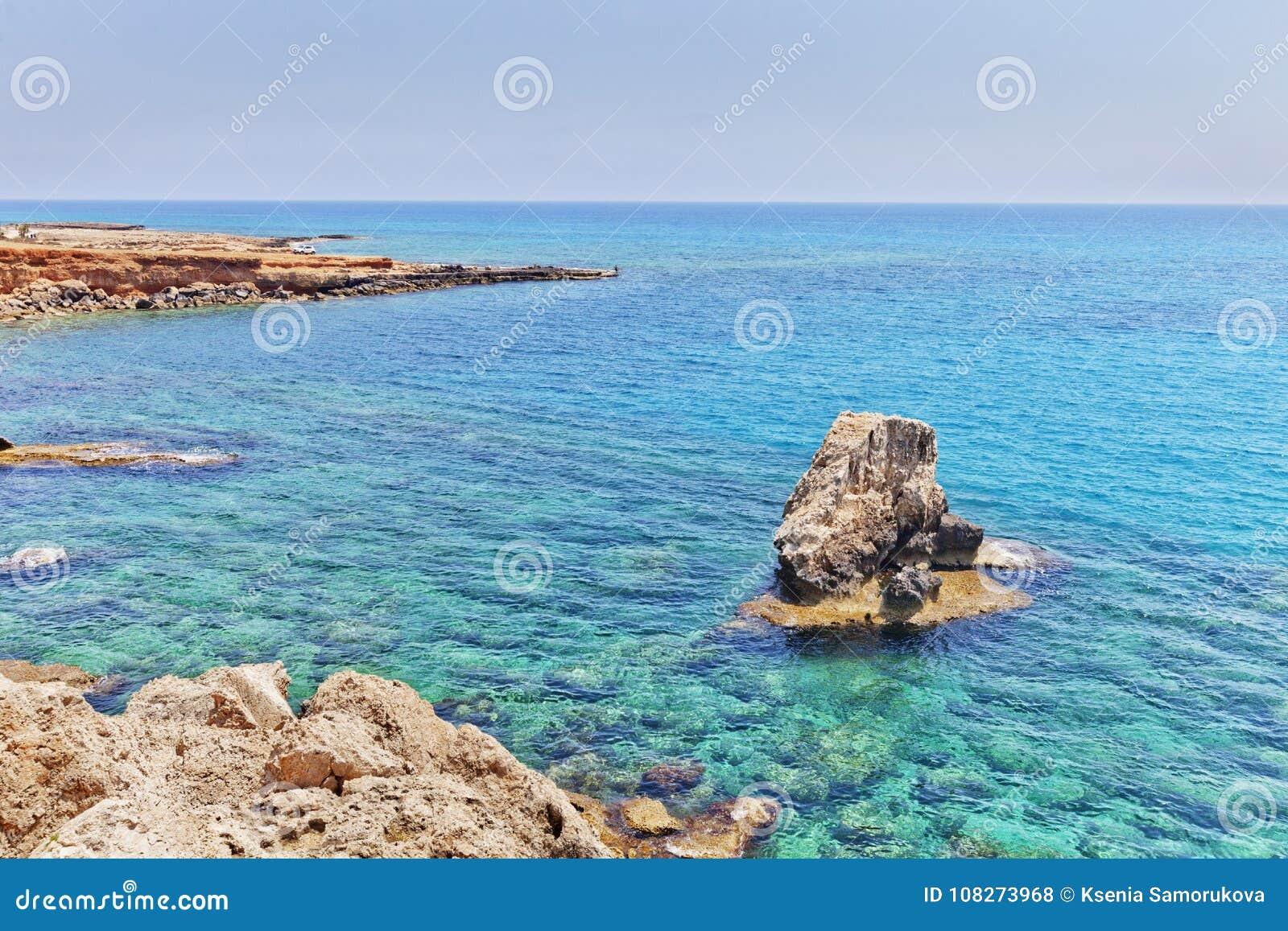 Orilla cerca del arco de los amantes Cavo Greco, Ayia Napa, Chipre