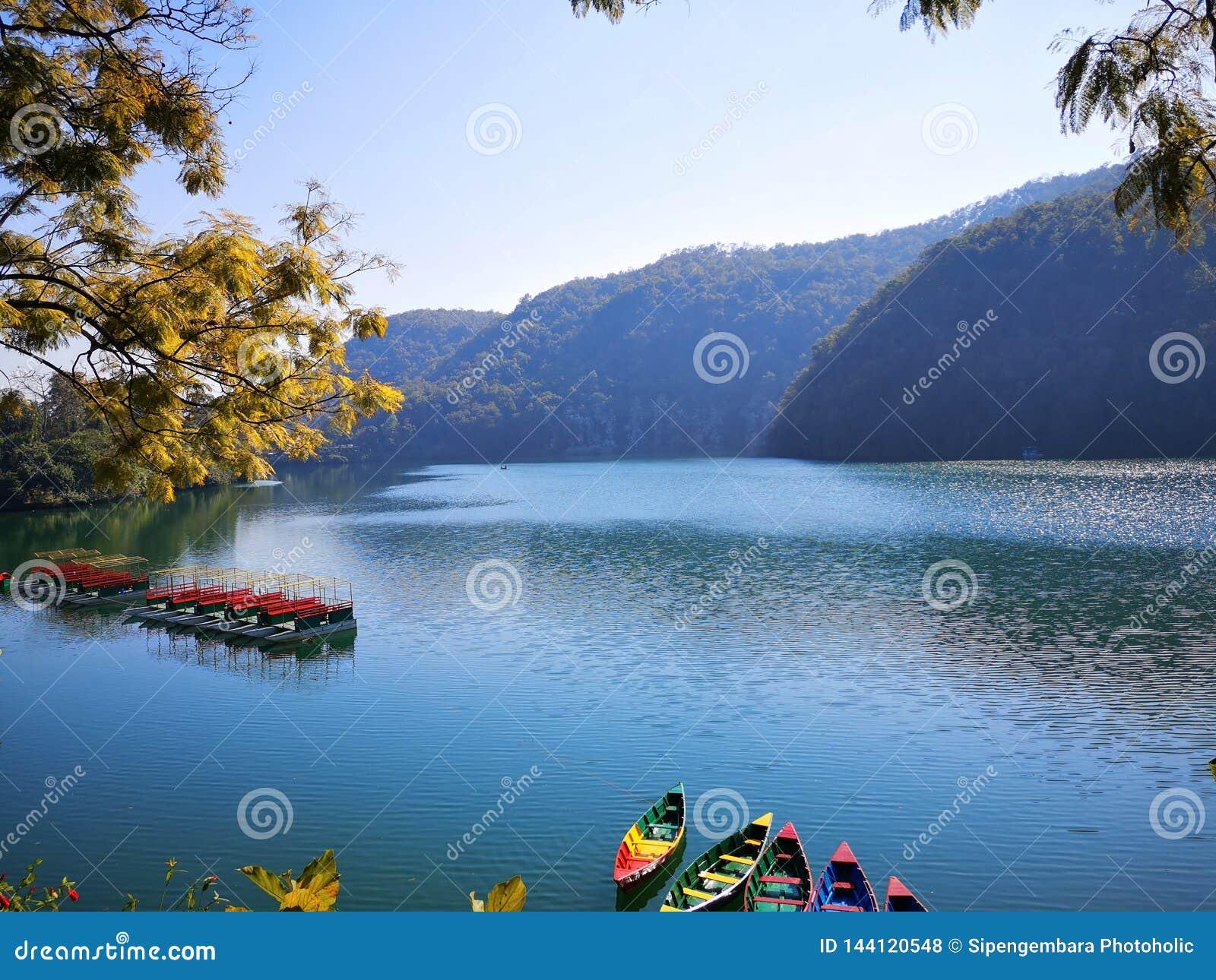 Orilla del lago de visita turístico de excursión de Pokhara