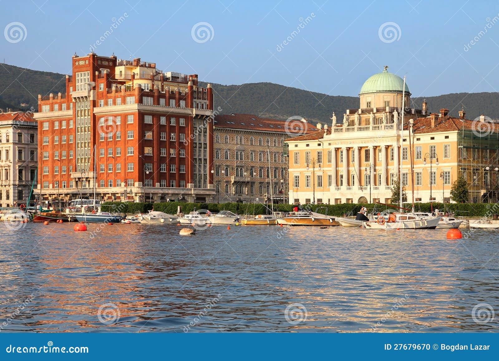 Orilla del mar en Trieste, Italia