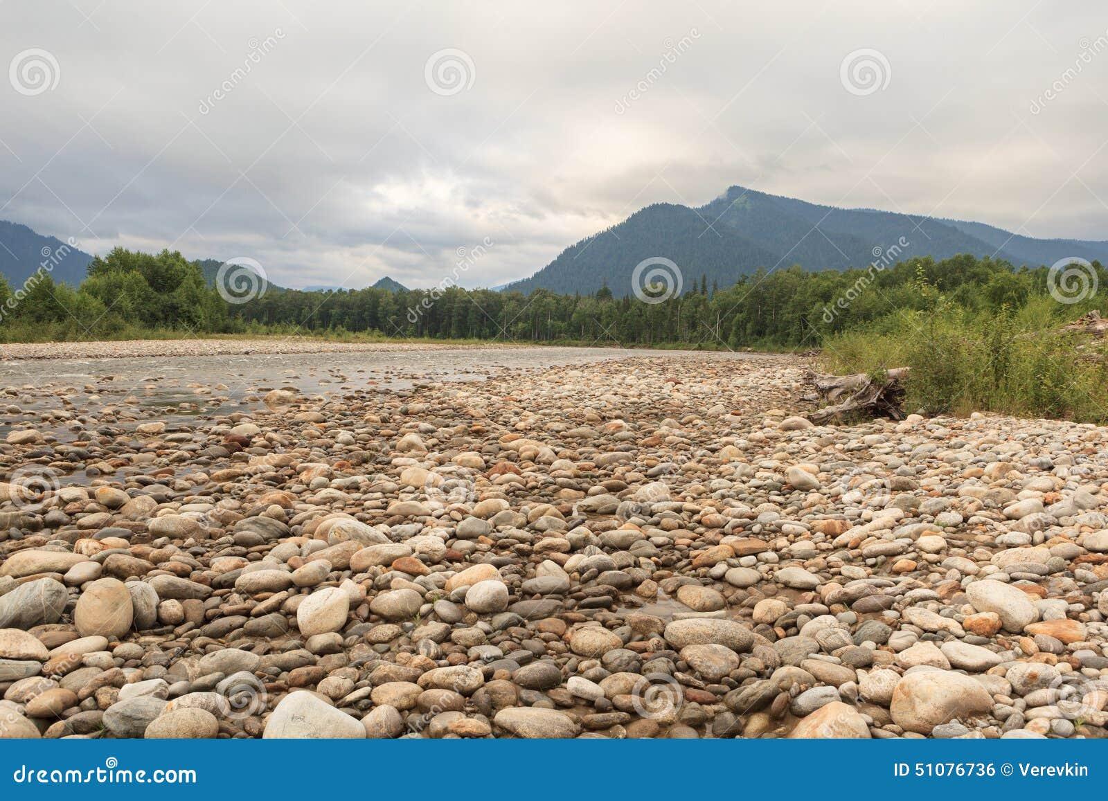 Orilla rocosa del río