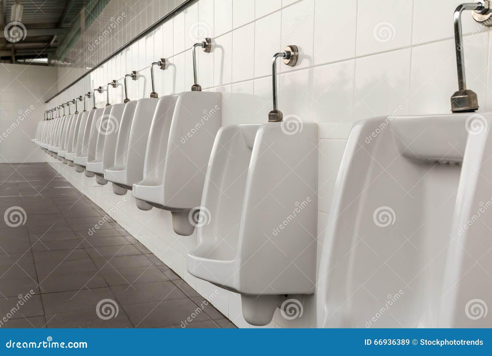 Orinales En El Cuarto De Baño Para Hombre Foto de archivo ...