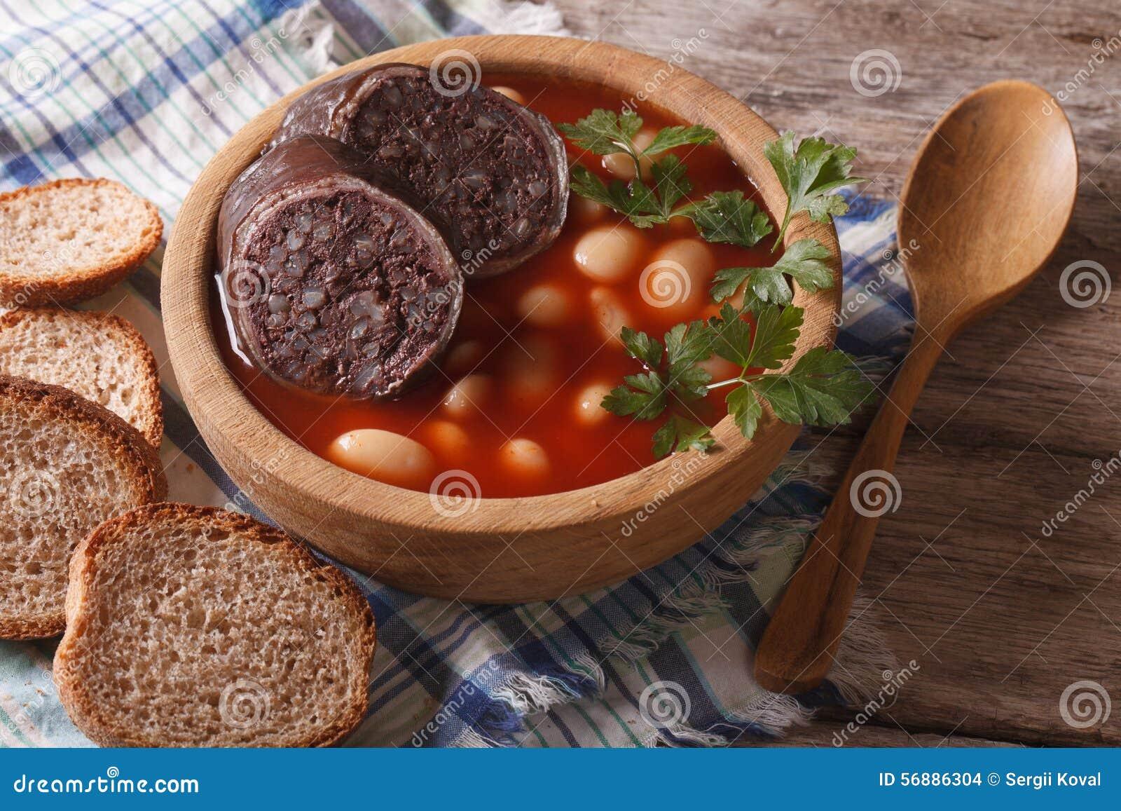 Orizzontale delizioso del primo piano di asturiana di Fabada della zuppa di fagioli