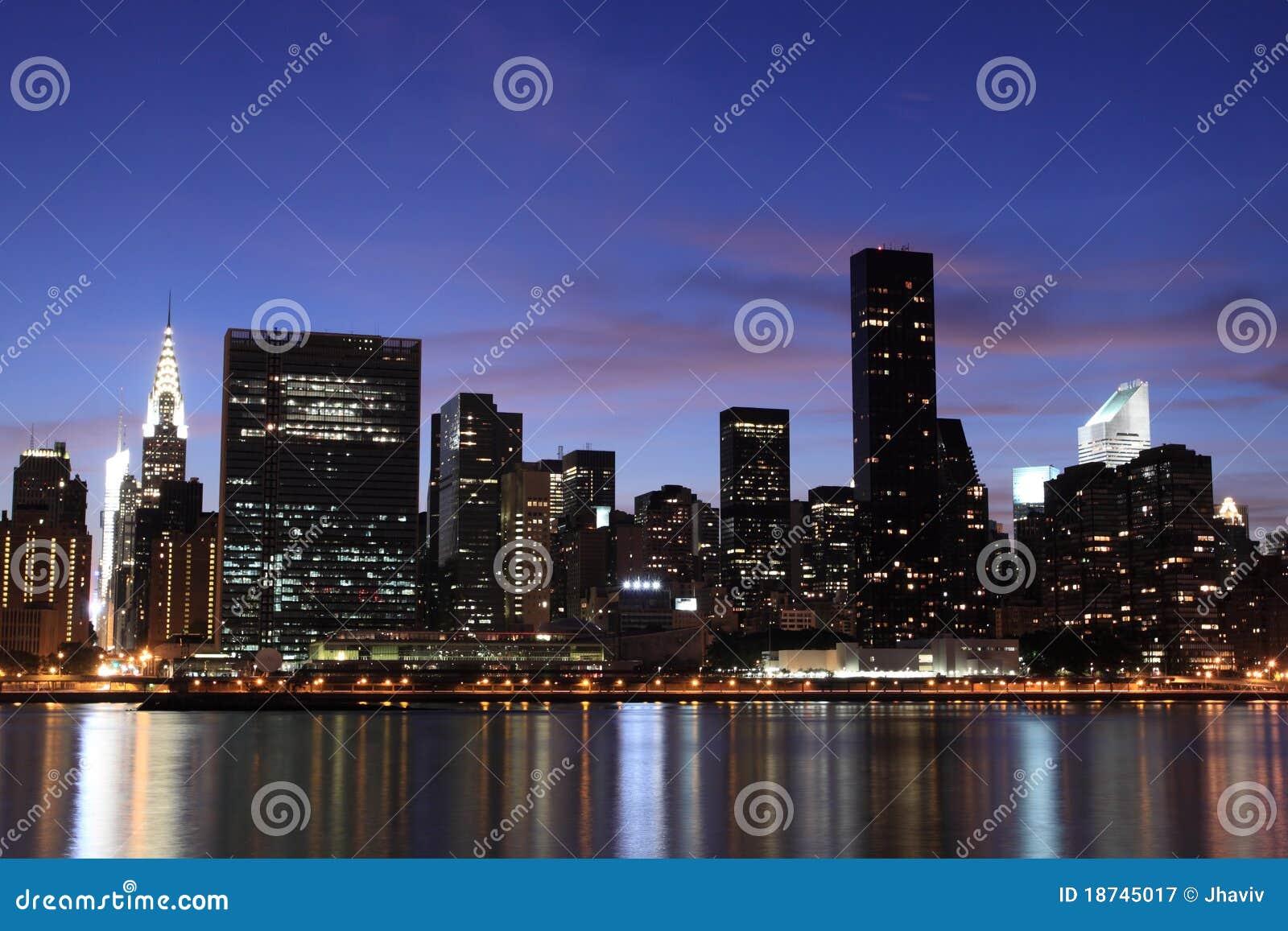 Orizzonte alla notte new york city di manhattan immagine for Foto new york notte