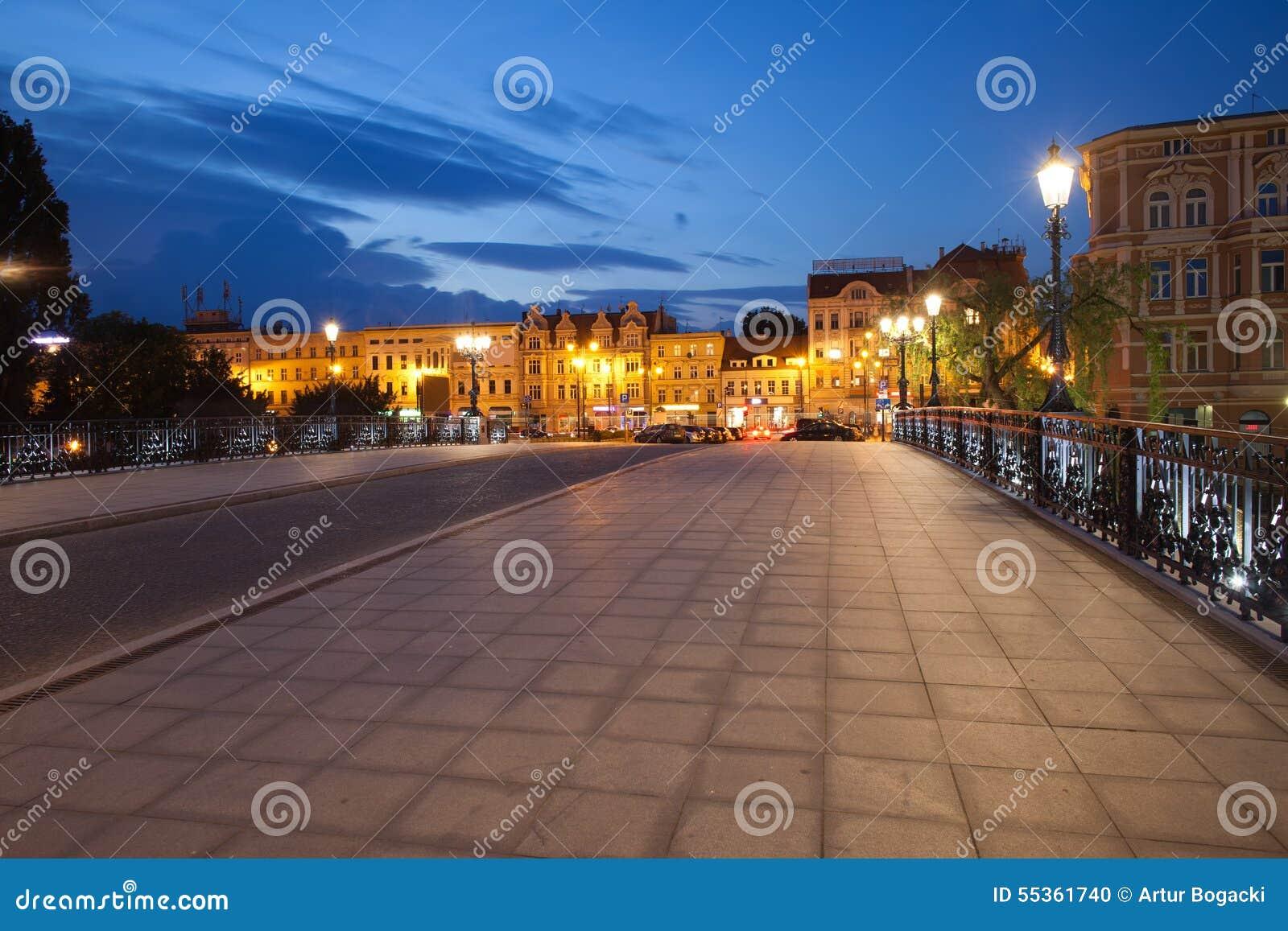 Orizzonte della città di Bydgoszcz di notte in Polonia
