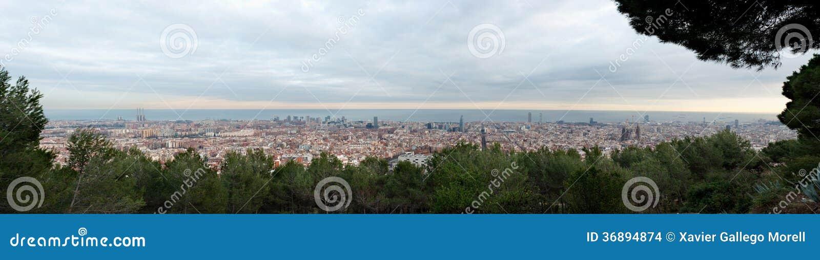Download Orizzonte Di Barcellona Al Tramonto Fotografia Stock - Immagine di limite, panoramico: 36894874