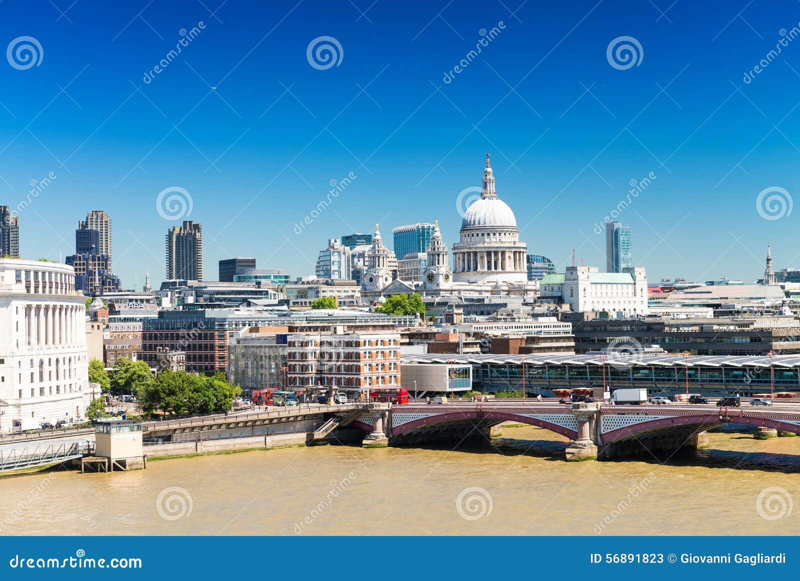Orizzonte di Londra con la st Paul Cathedral