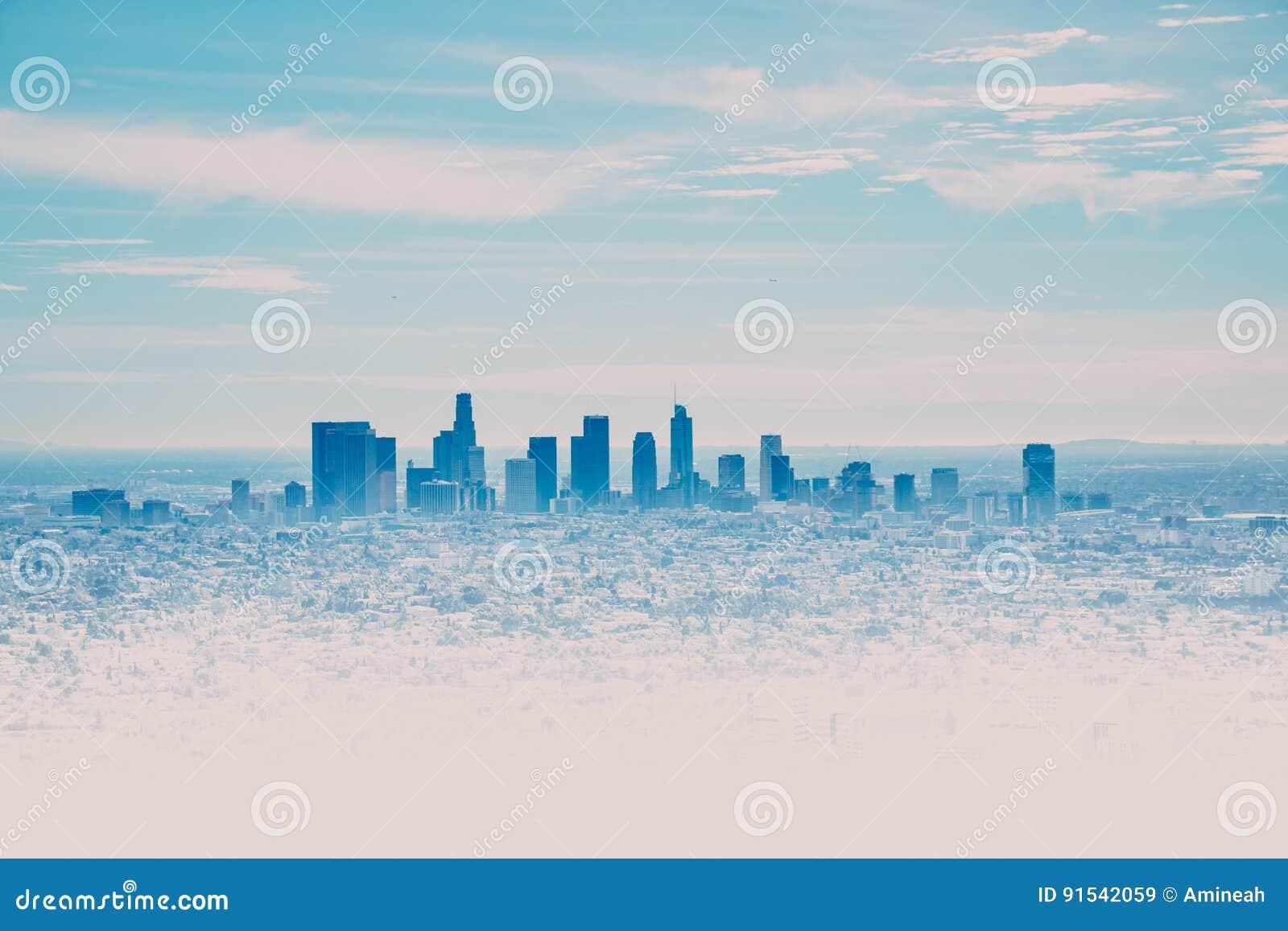 Orizzonte di Los Angeles con i suoi skyscrappers da Hollywood Hil