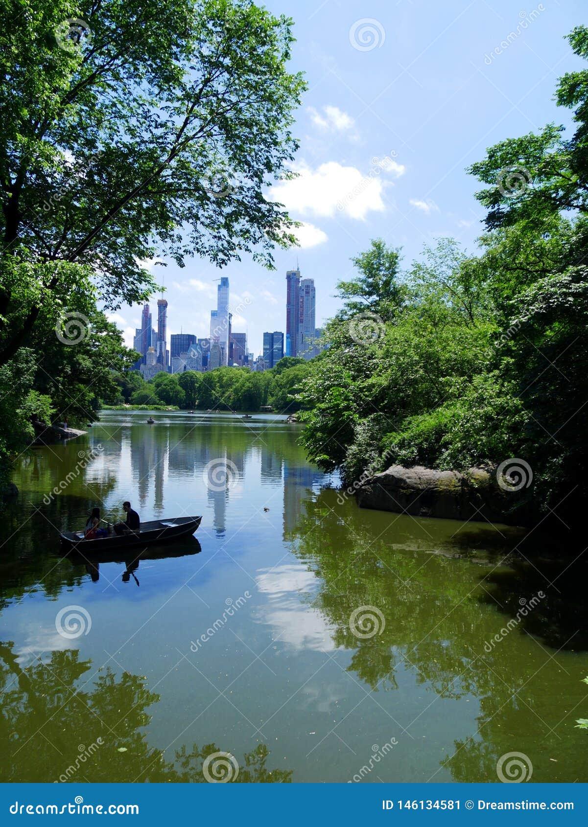 Orizzonte di Manhattan dal lago in Central Park New York