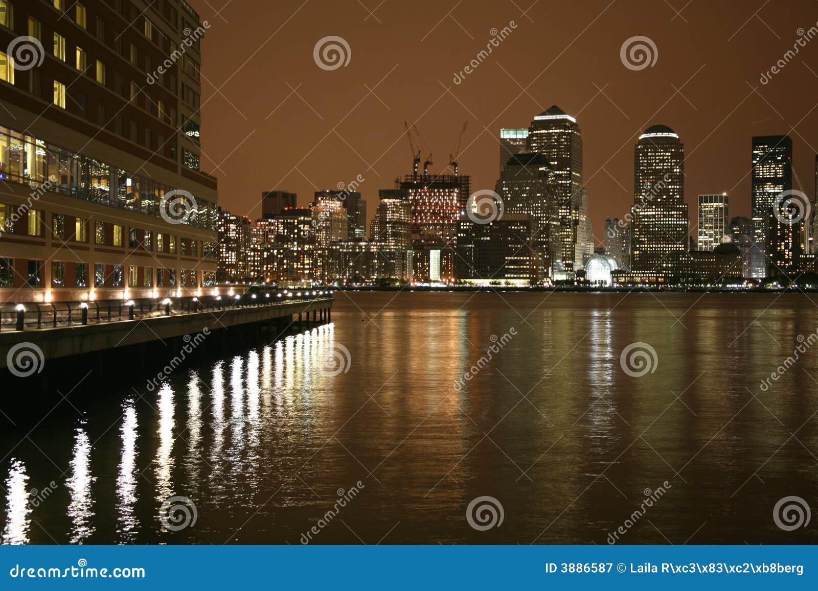 Orizzonte di Manhattan entro la notte