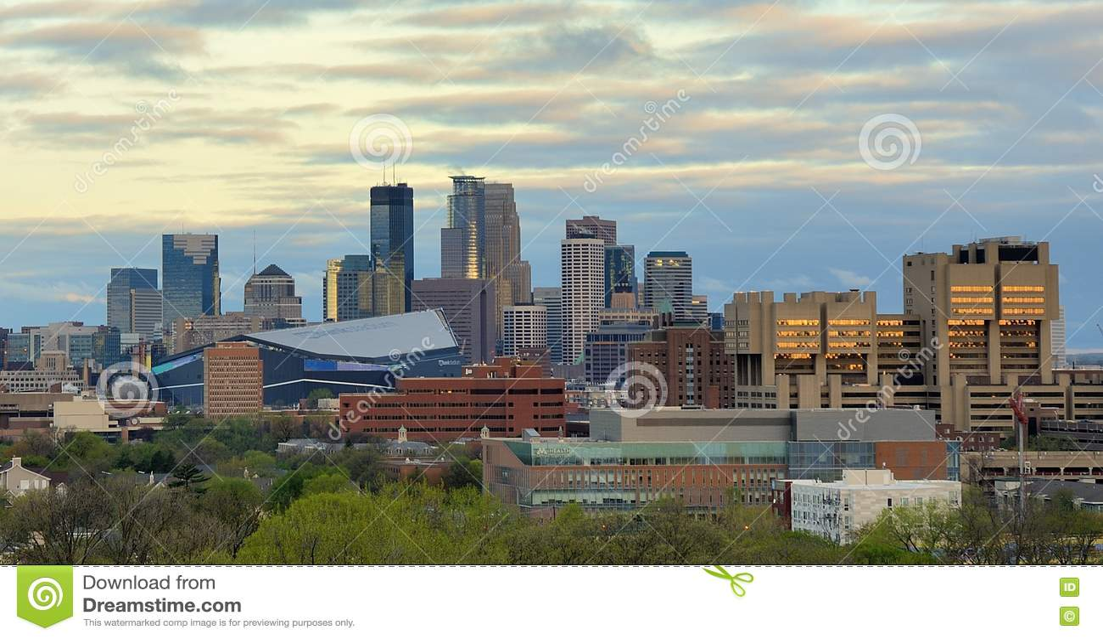 Orizzonte di Minneapolis con lo stadio della Banca degli Stati Uniti di Minnesota Vikings