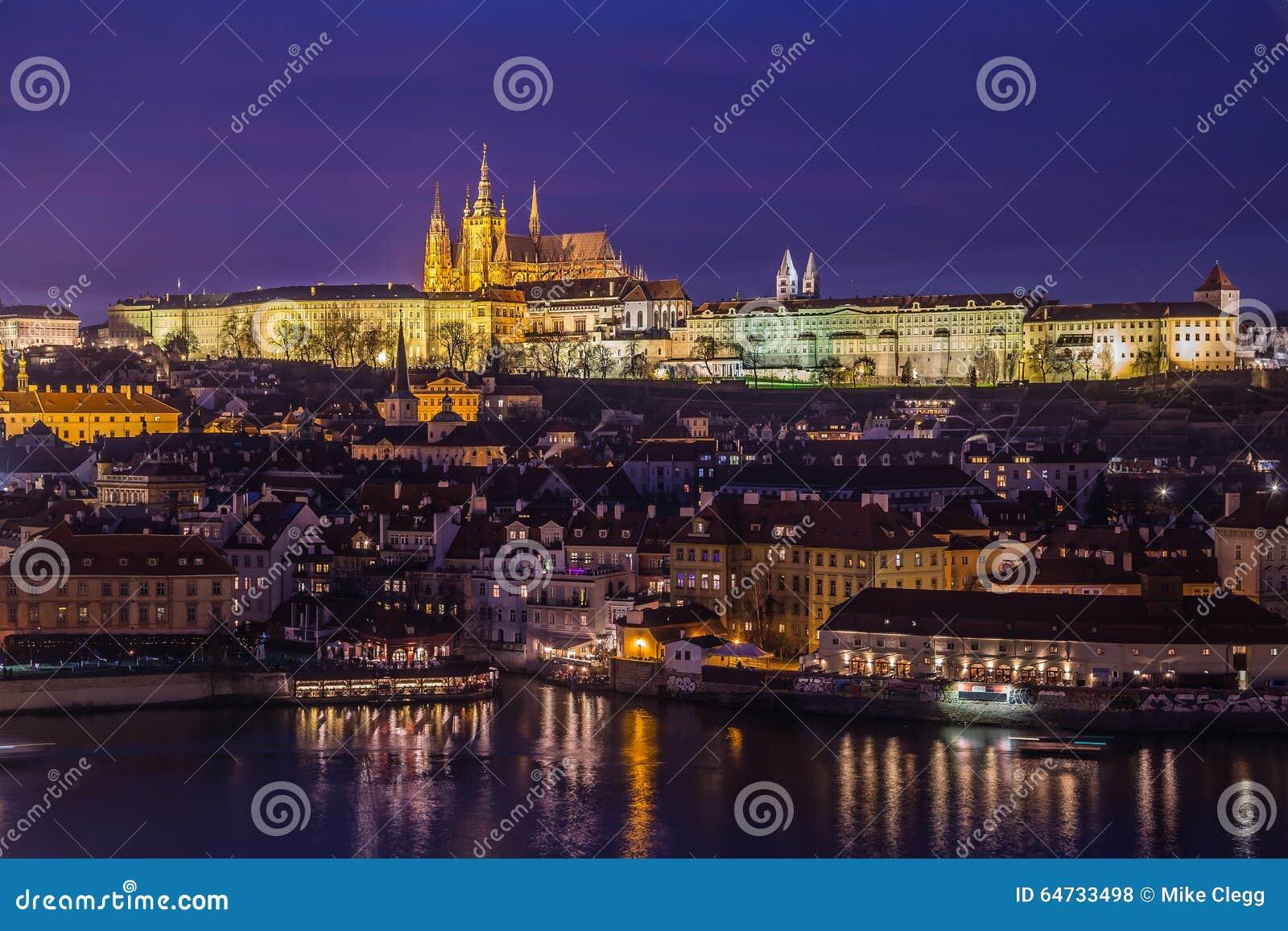 Orizzonte di Praga al crepuscolo