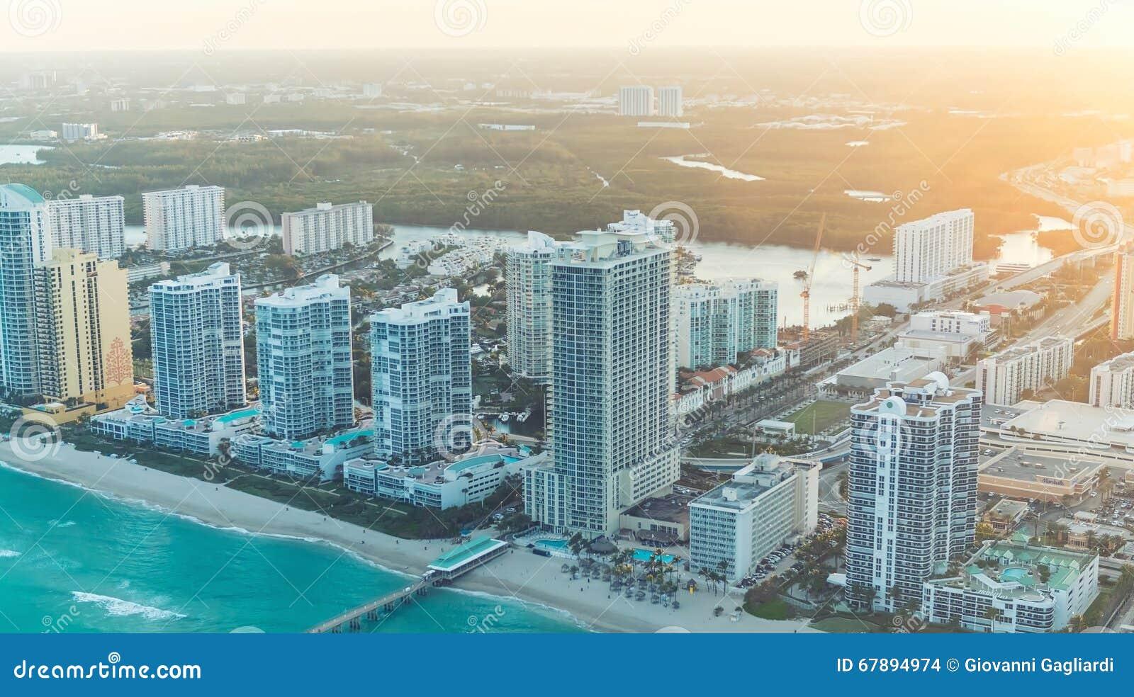 Orizzonte meraviglioso di Miami al tramonto, vista aerea