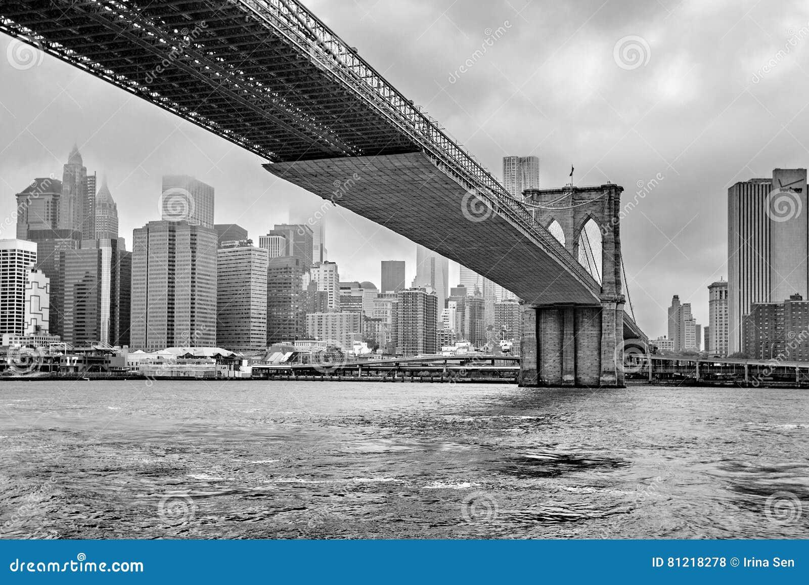 Orizzonte nebbioso di Manhattan - di Manhattan e ponte di Brooklyn, Manhattan, New York, Stati Uniti