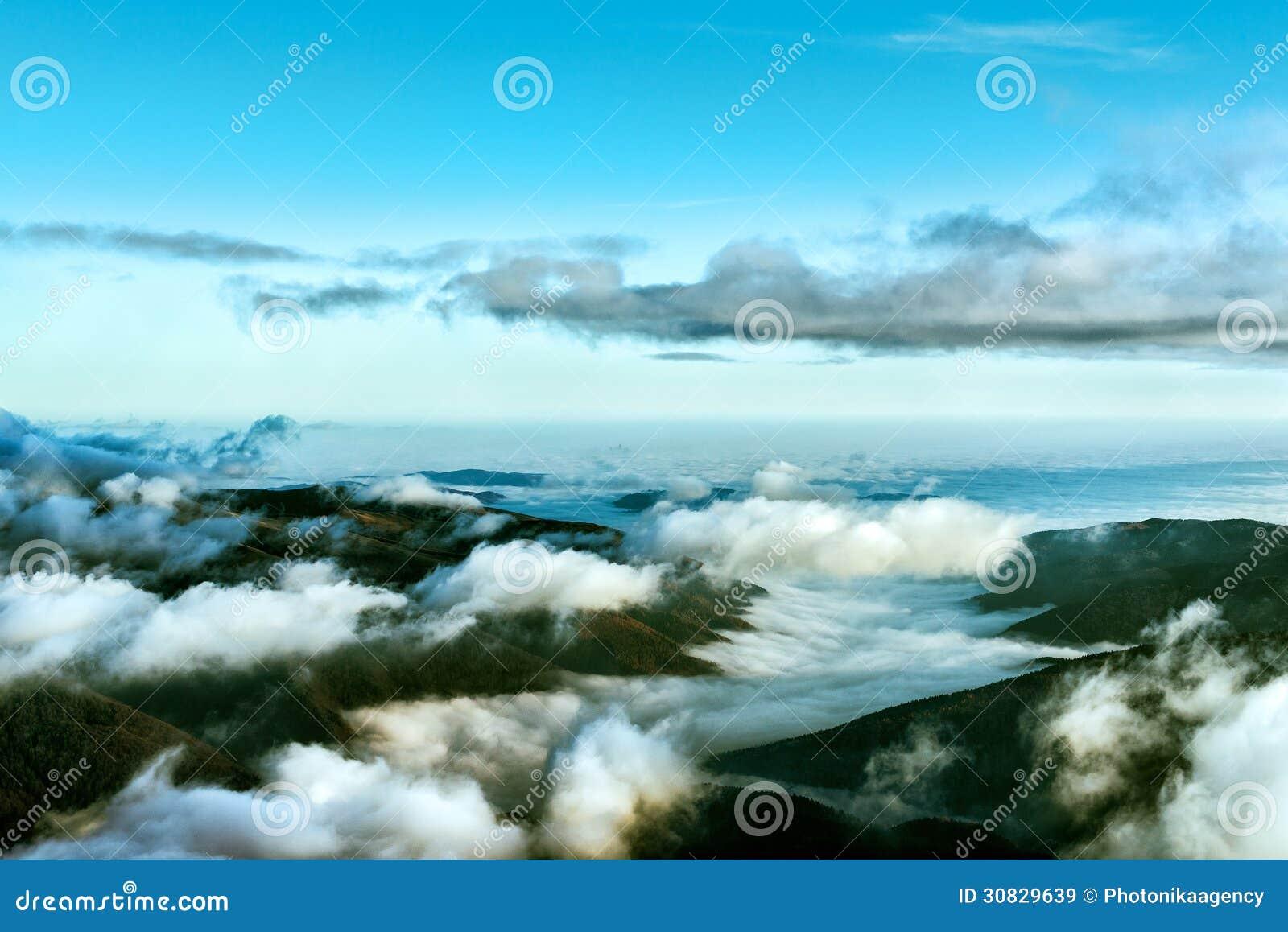 Orizzonte nuvoloso con le montagne