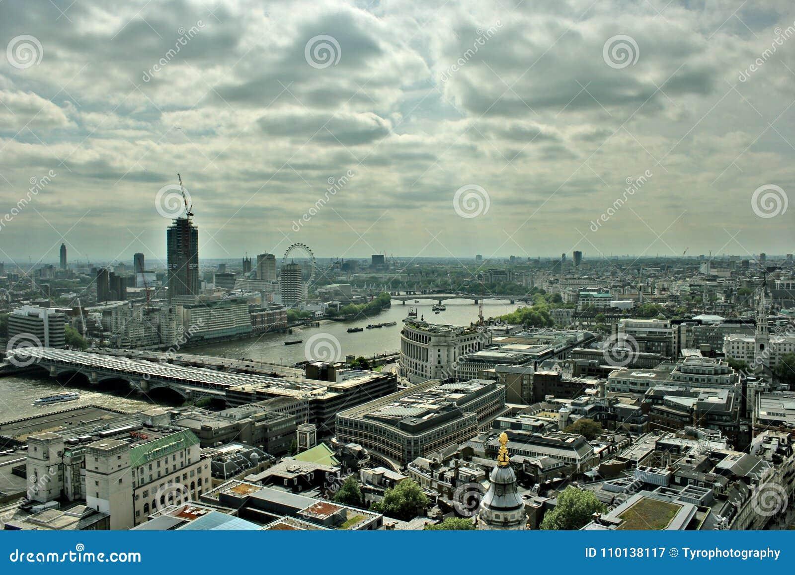 Orizzonte nuvoloso di paesaggio urbano di Londra