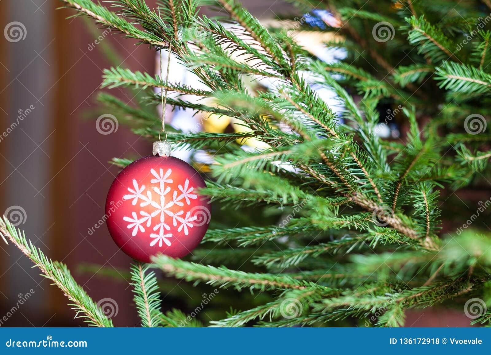 Ornamenten op takjes van Kerstboom en Televisie