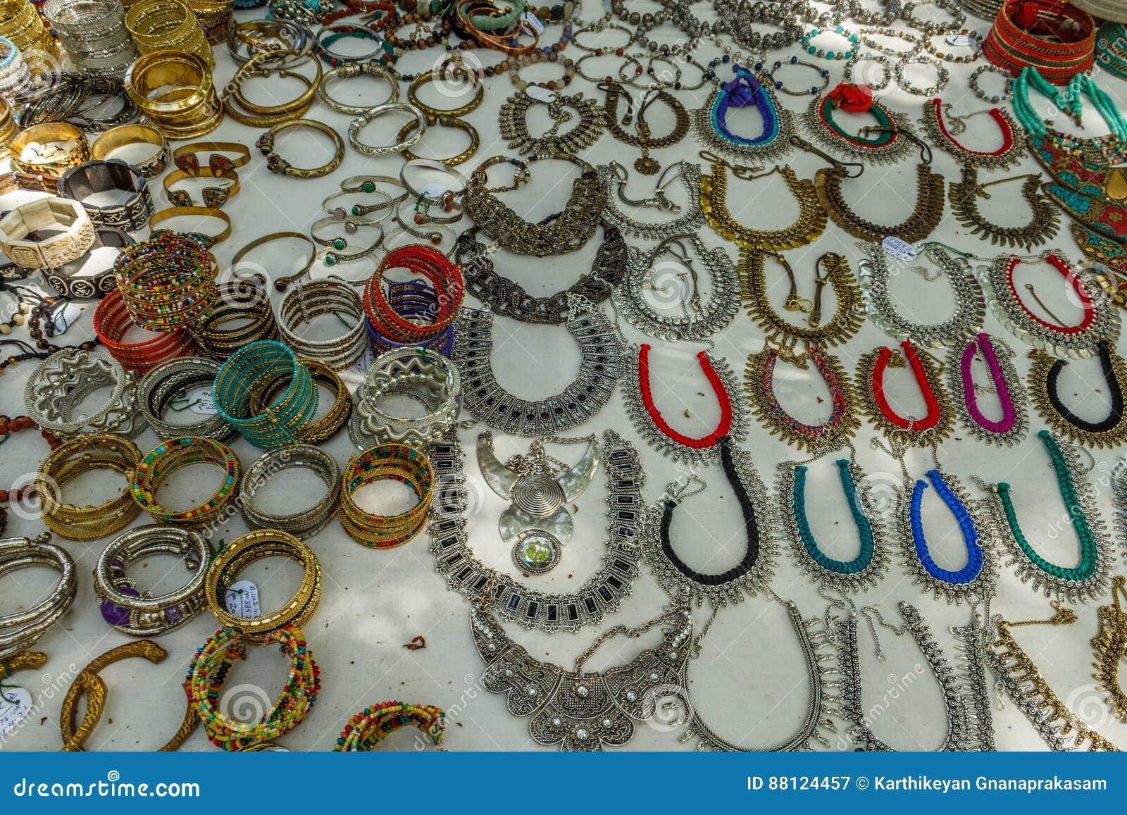 Ornamenten van het metaalvrouwen van de straatwinkel de verkopende of jewelries zoals halsband, kettingen, armbanden, ringen, arm