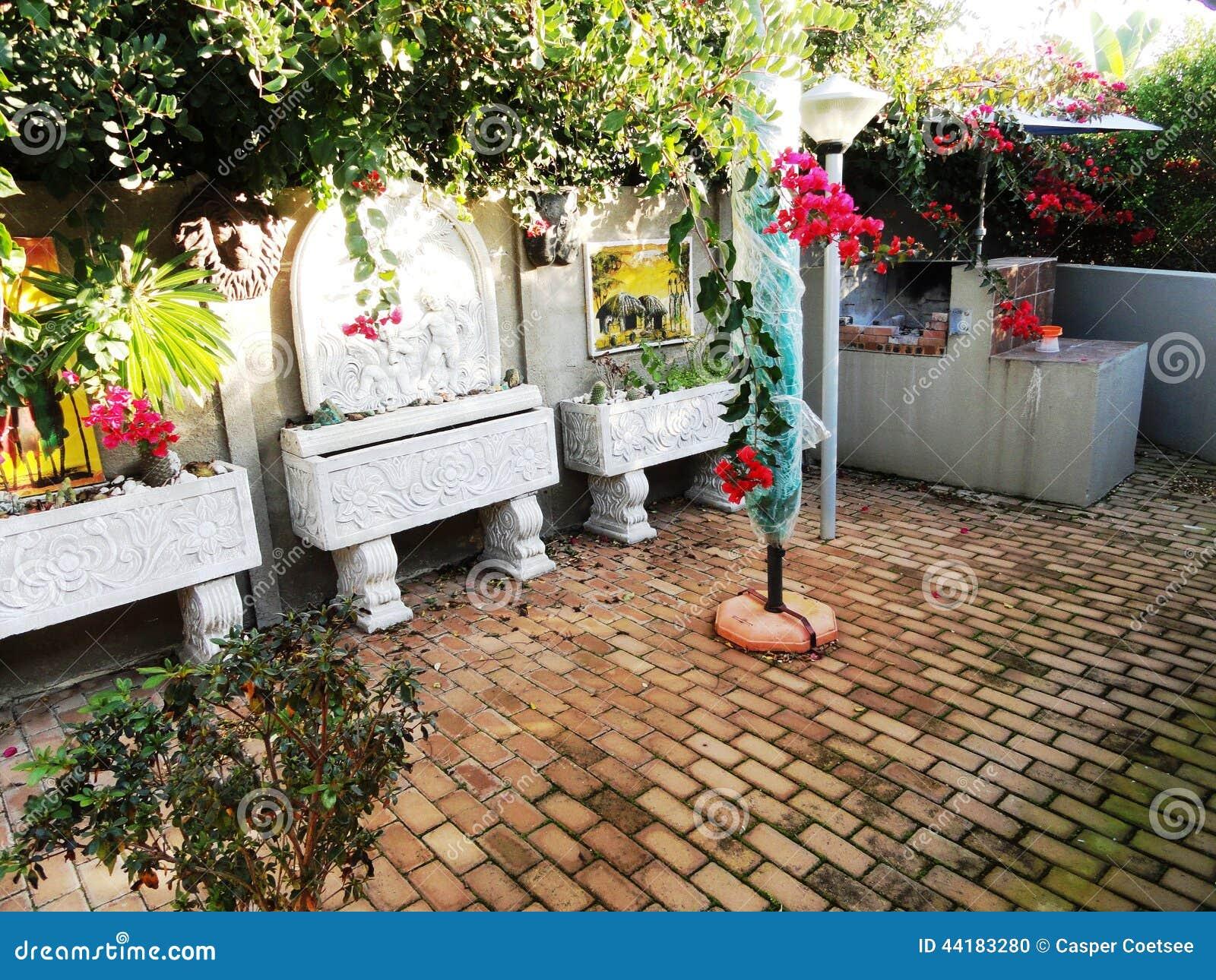 ornamenti del giardino e pietre per lastricati fotografia