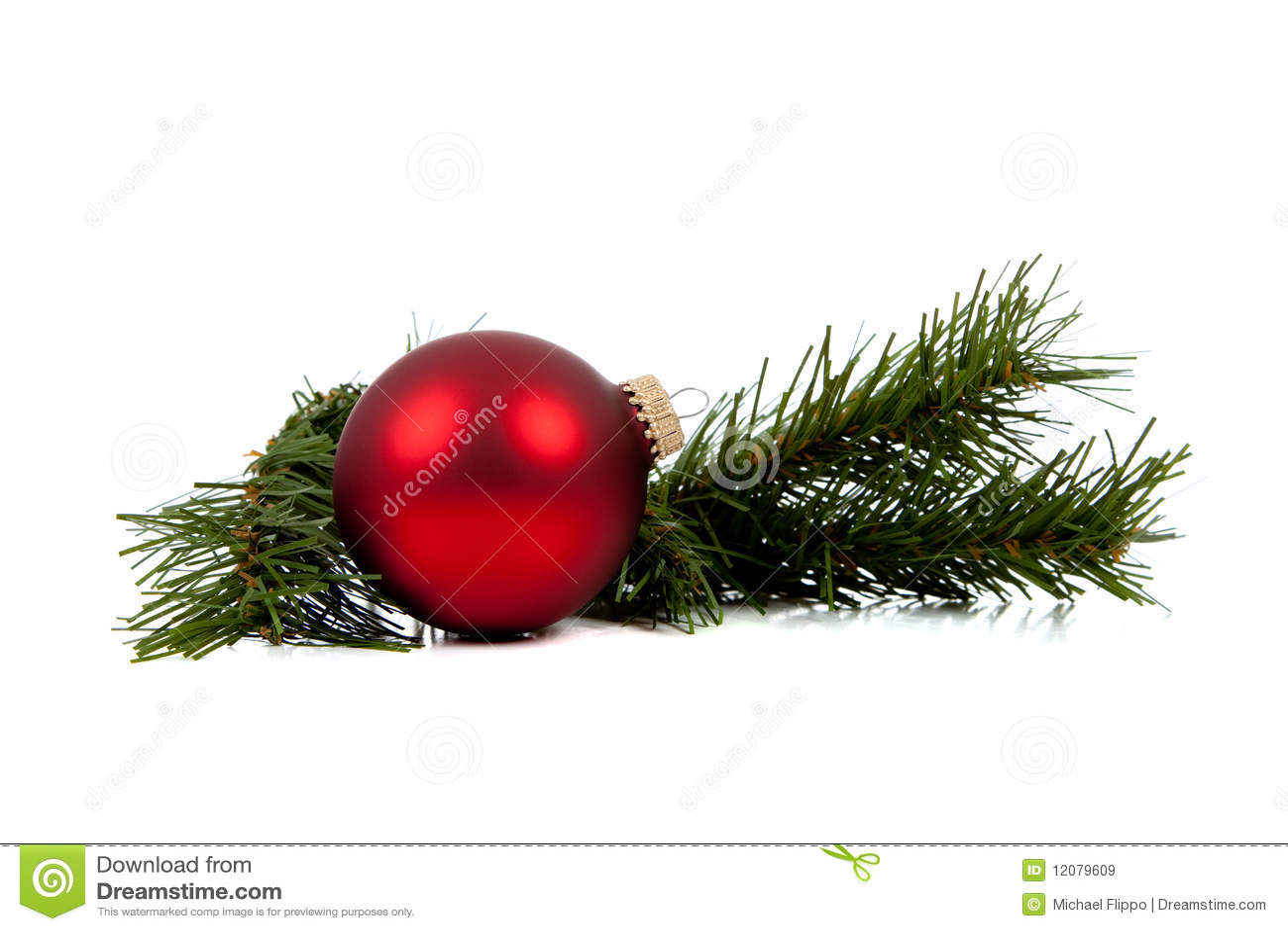 Ornamento/bauble vermelhos do Natal com filial do pinho