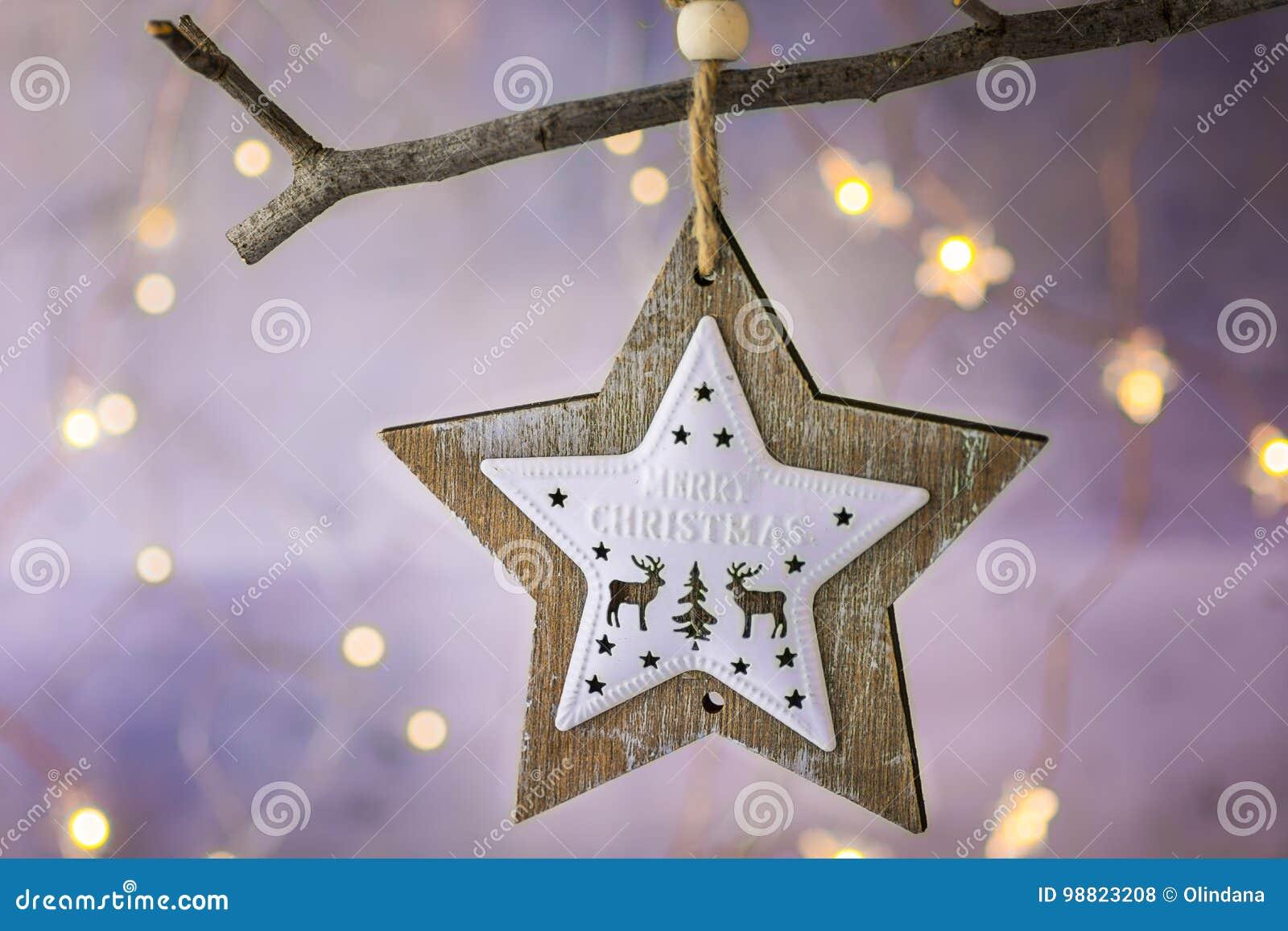 Ornamento de madeira da estrela do Natal com as renas que penduram no ramo de árvore seco Luzes douradas de brilho da festão Fund