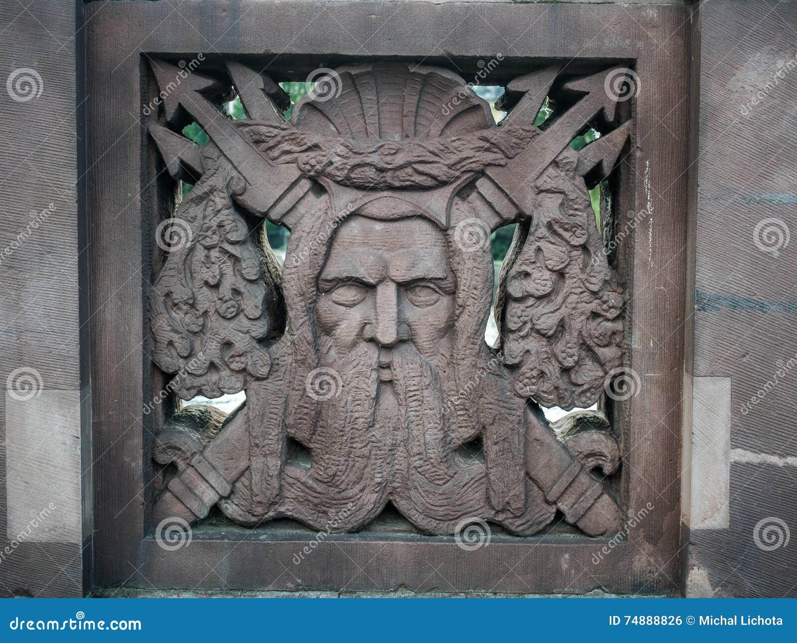 Ornamento de Netuno em uma ponte