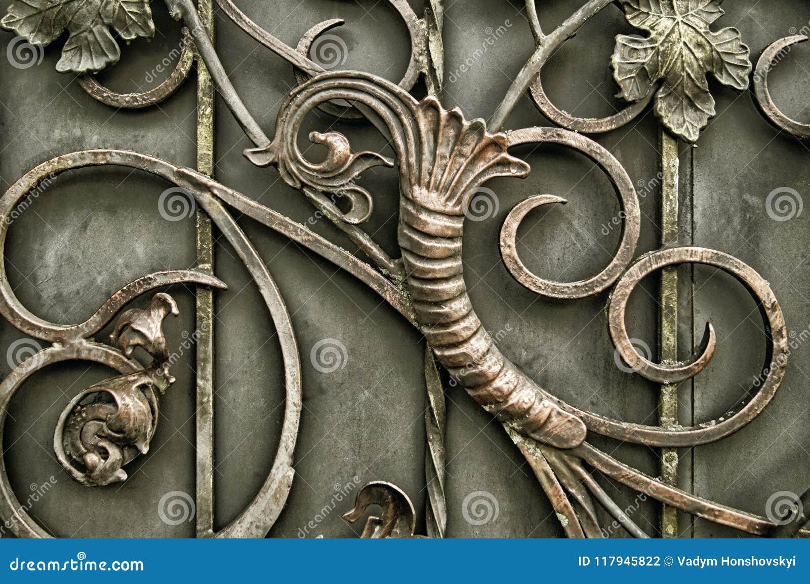 Ornamento dei portoni del metallo con gli elementi forgiati decorati