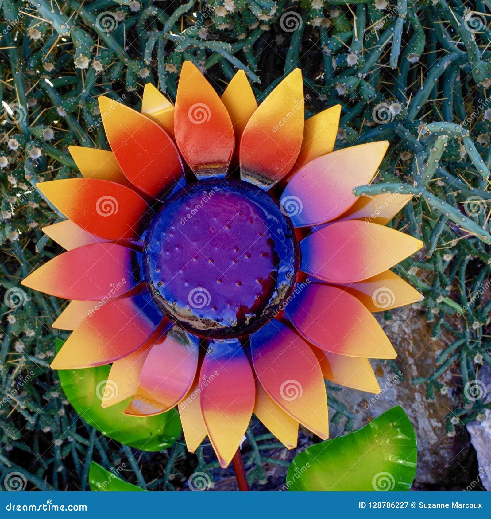 Ornamento del fiore laccato metallo in Nevada Cactus Nursery