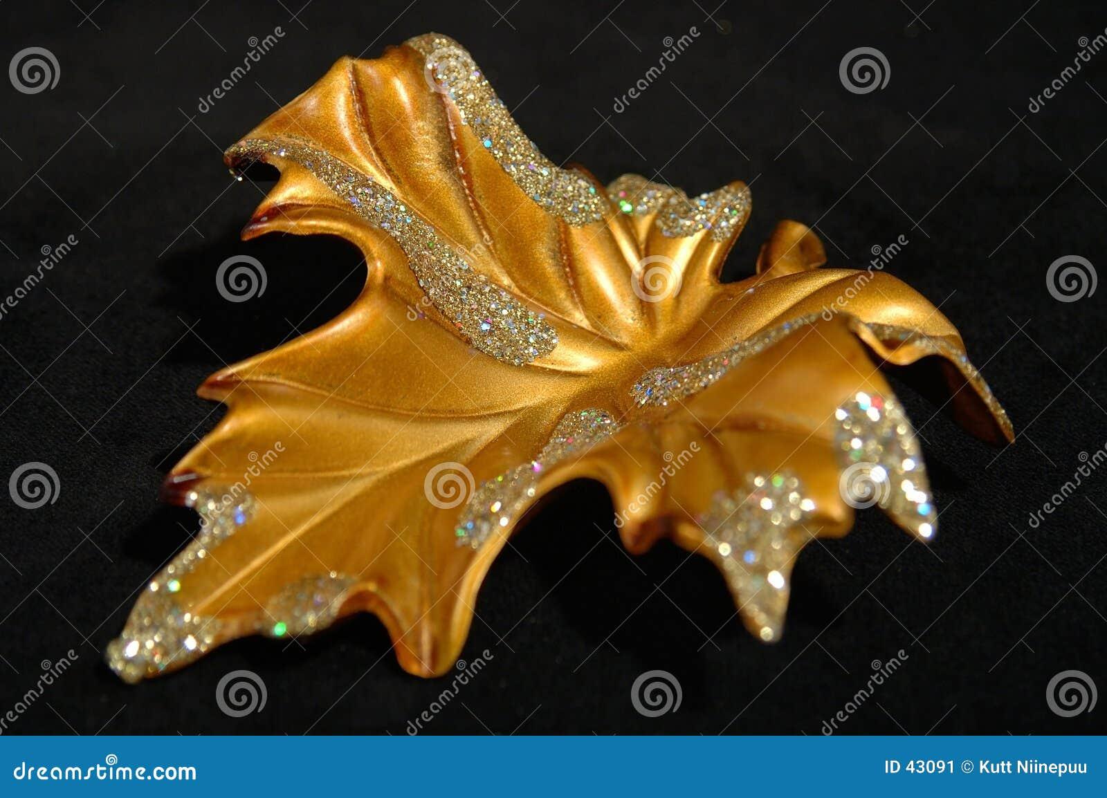 Ornamento do Natal - sumário dourado da folha