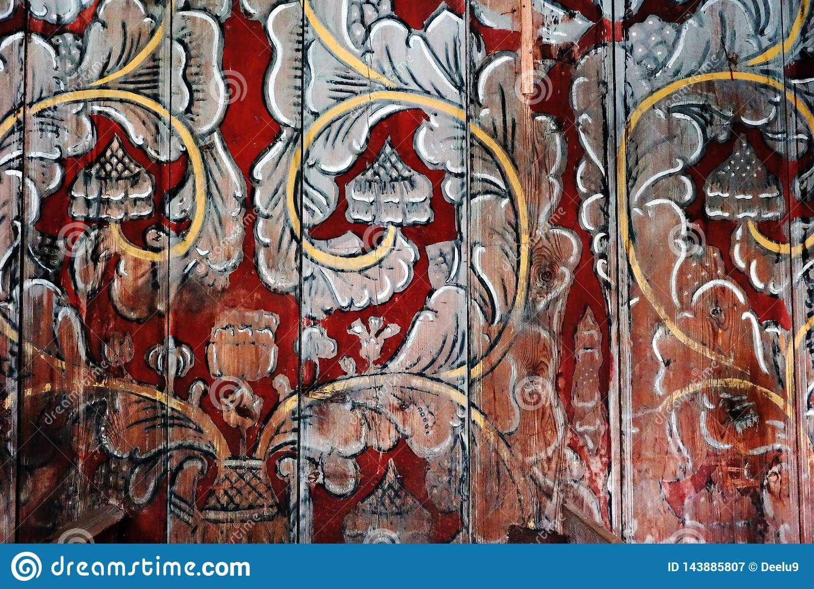 Ornamento nórdico floral en una pared de madera de una iglesia del bastón en Noruega