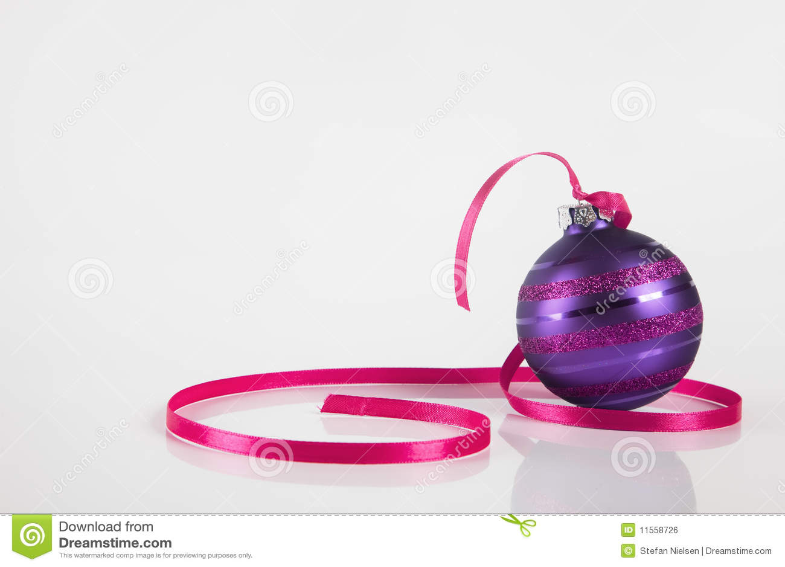 Ornamento púrpura de la Navidad