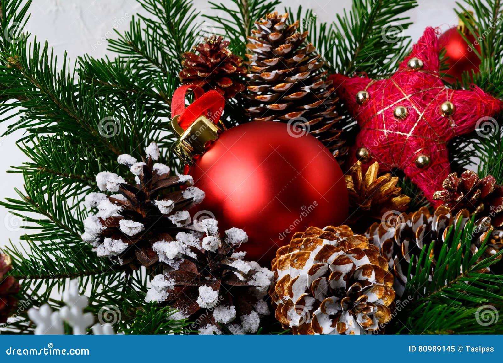 Ornamento rosso di natale e pigne decorate dorate immagine for Sedie decorate per natale