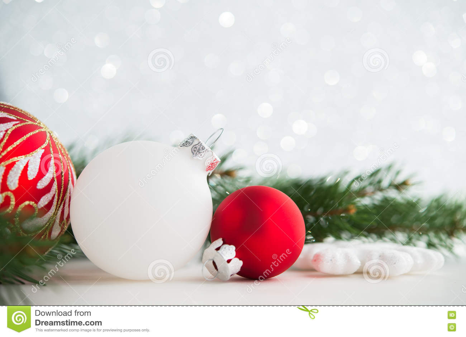 Ornamento vermelhos e brancos do xmas no fundo do feriado do brilho Cartão do Feliz Natal