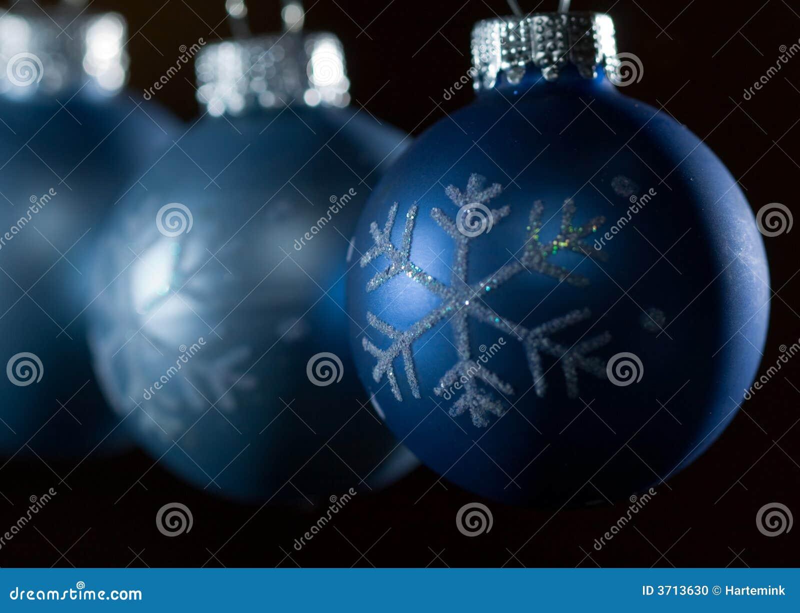 Foto De Archivo  Ornamentos Azules De La Navidad Contra Fondo Oscuro