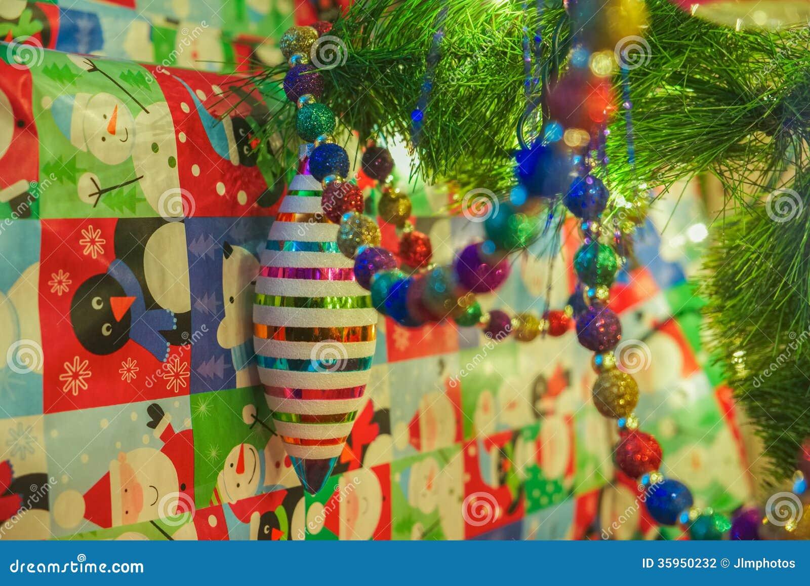 Ornamentos de la Navidad con los regalos
