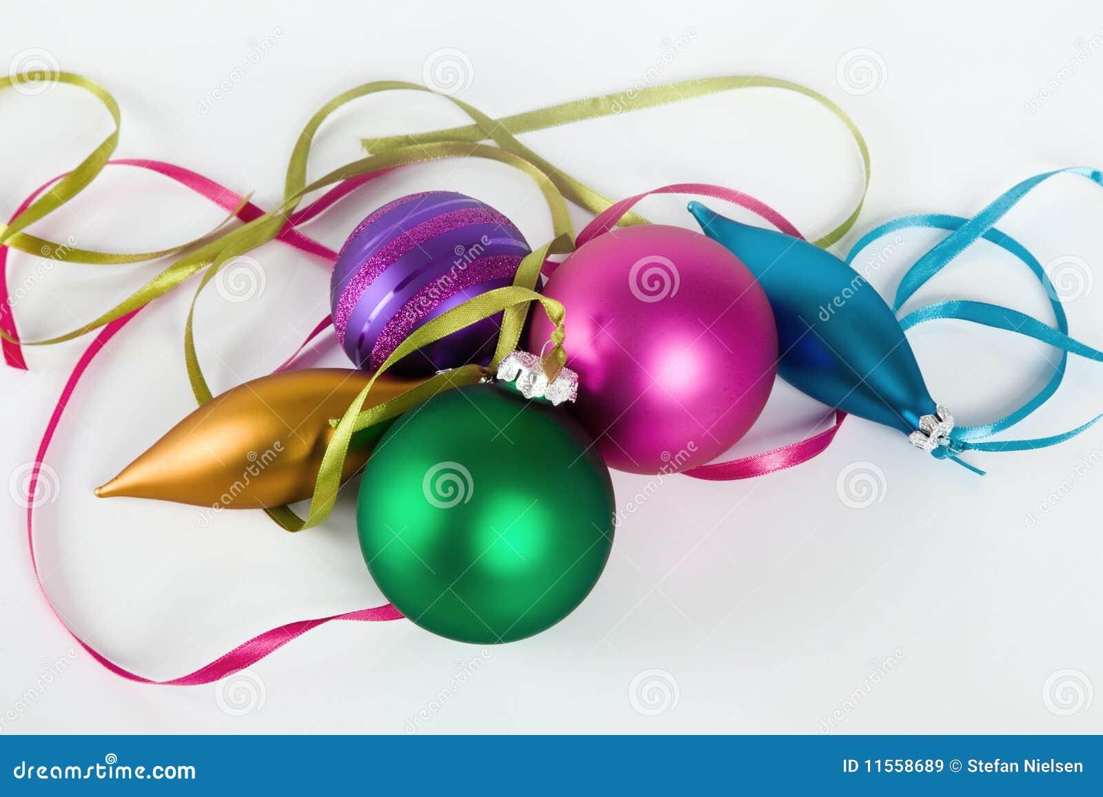 Ornamentos de la Navidad en el fondo blanco