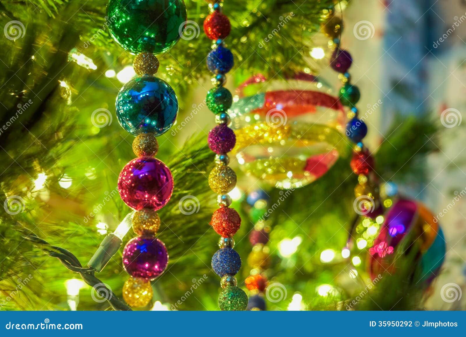 Ornamentos de la Navidad en un árbol
