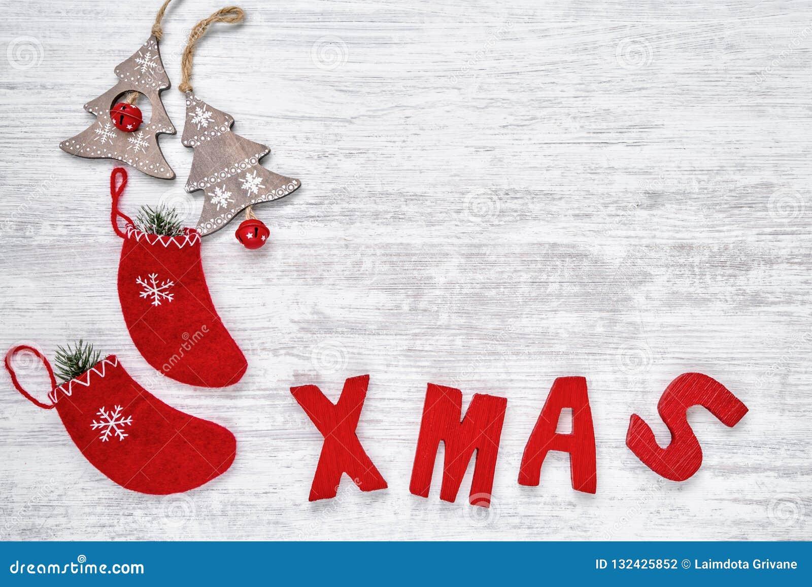 Ornamentos de la Navidad y letras de madera rojas que forman la palabra Navidad Co