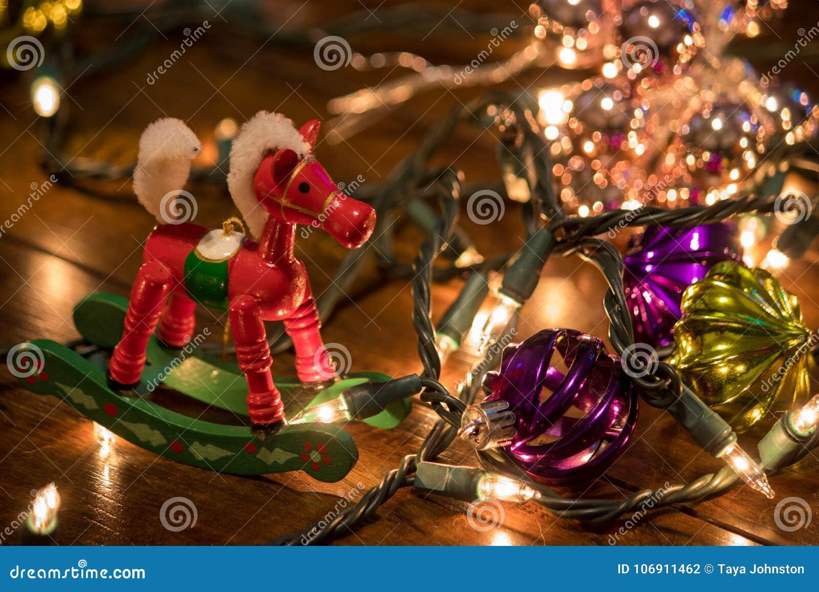 Ornamenty i bożonarodzeniowe światła na drewnianej podłoga