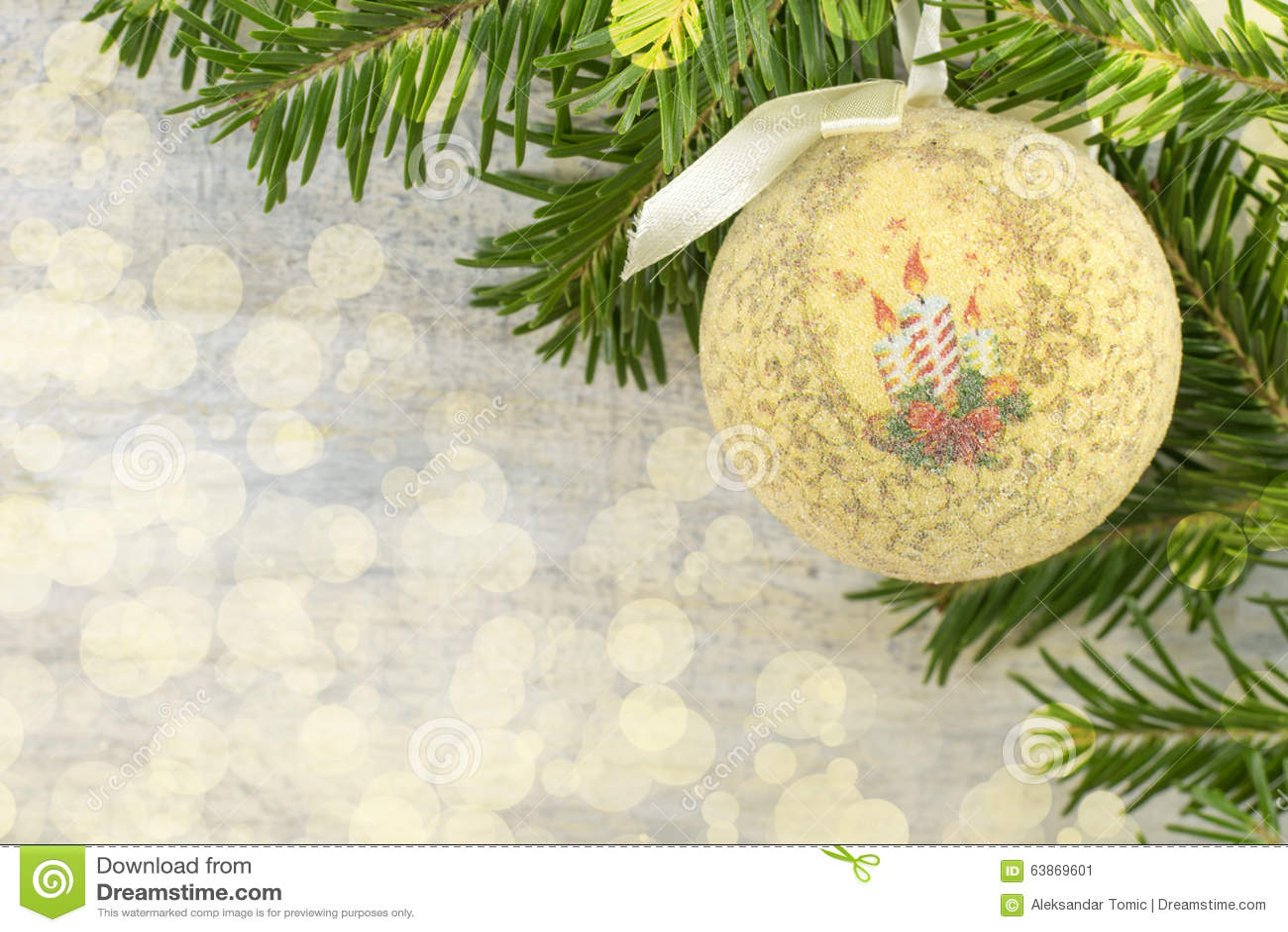 ornement de noël de decoupage et arbre de sapin sur le fond brillant