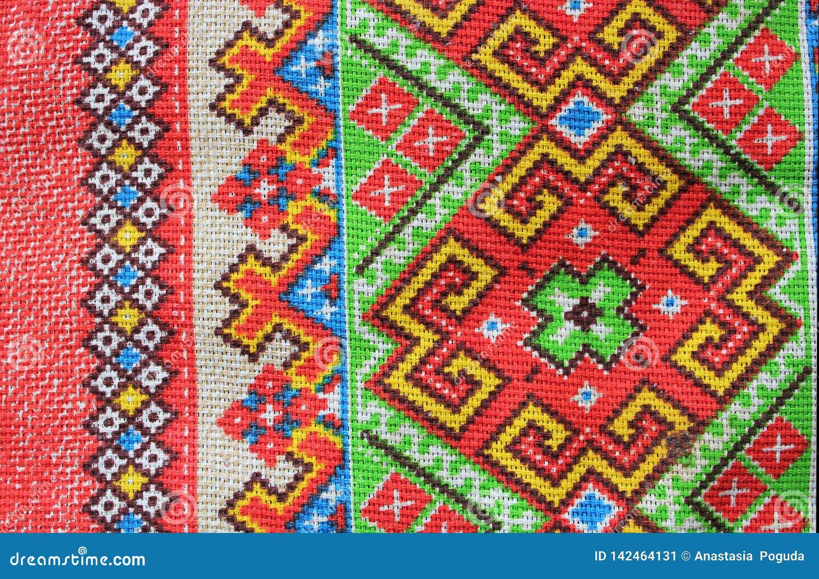 Ornement folklorique de textile de couleurs lumineuses, se composant des modèles des formes et des lignes géométriques