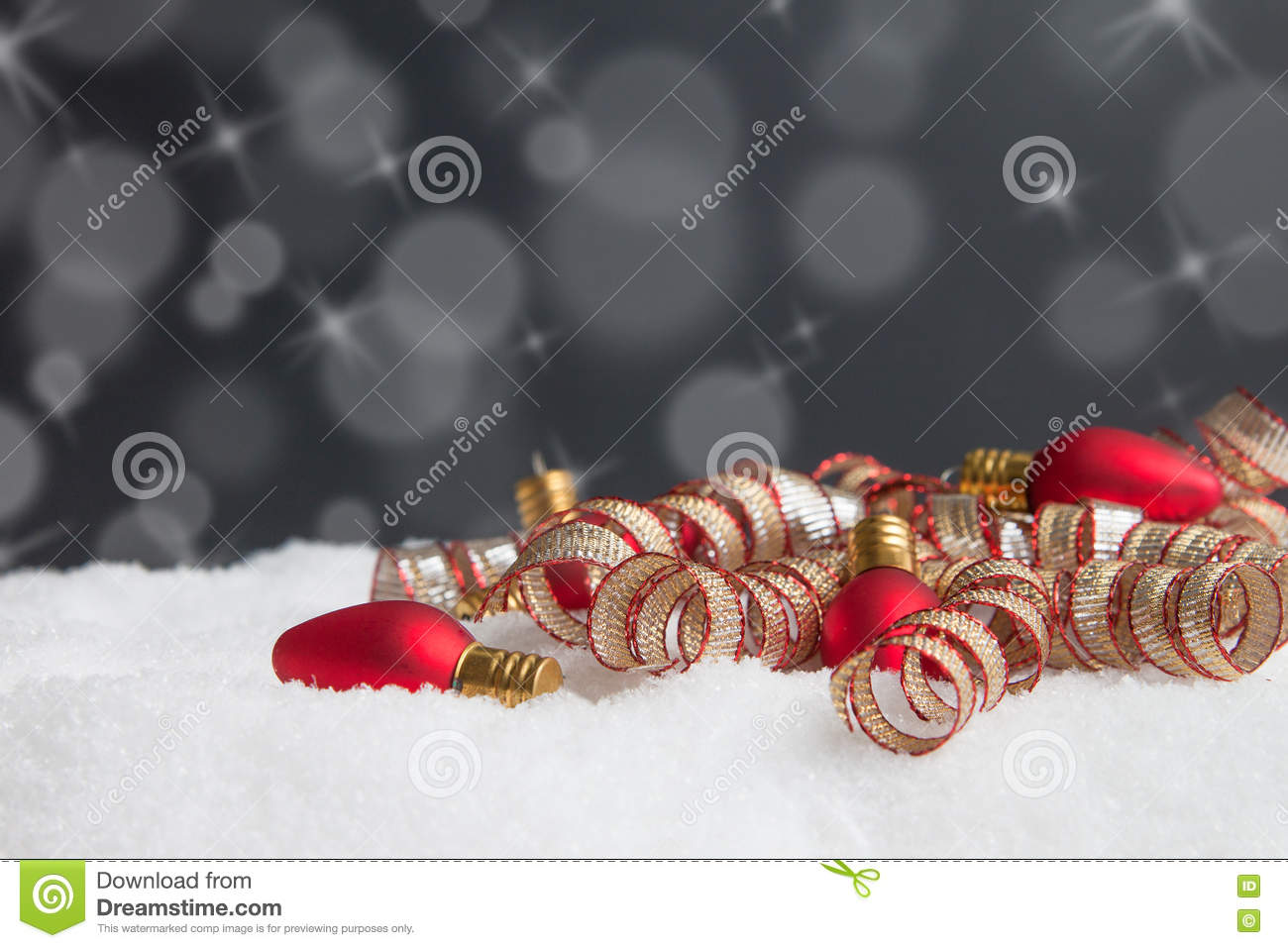 Download Ornements De Lumière De Noël Dans La Neige Avec Le Backgro Gris De Snoflake Photo stock - Image du babiole, bande: 63085686
