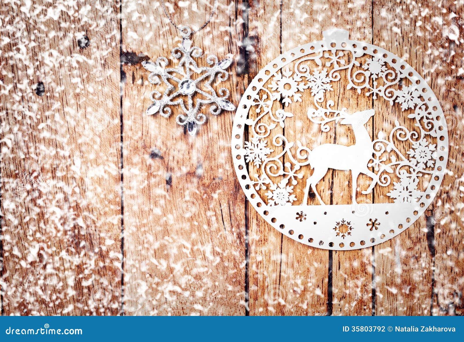 #82A328 Ornements De Noël Blanc Sur Le Conseil En Bois Rustique  6029 decoration de noel rustique 1300x978 px @ aertt.com
