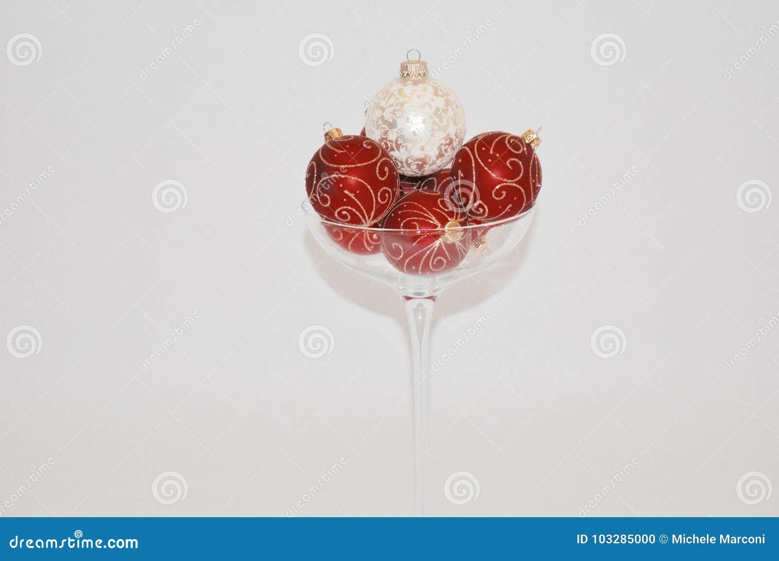 Ornements de Noël dans au-dessus de verre classé de champagne