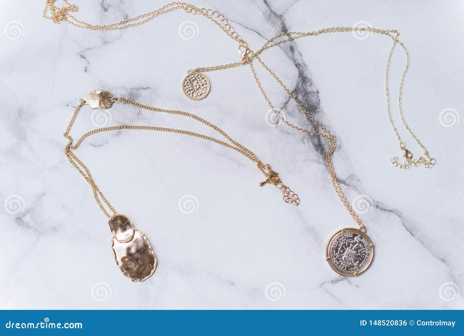 Ornements femelles d or sur un fond de marbre