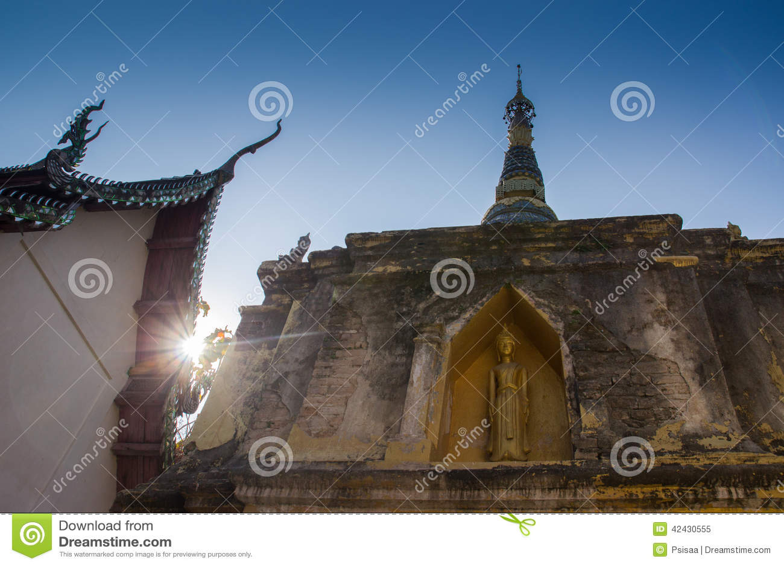 Oro Buda en pagoda con luz del sol