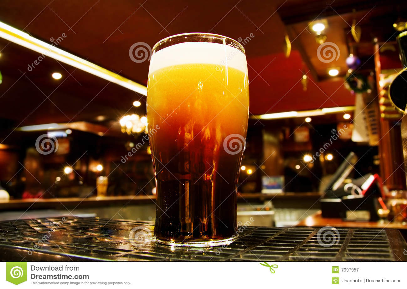 Oro irlandés - cerveza negra dentro de un pub de Dublín
