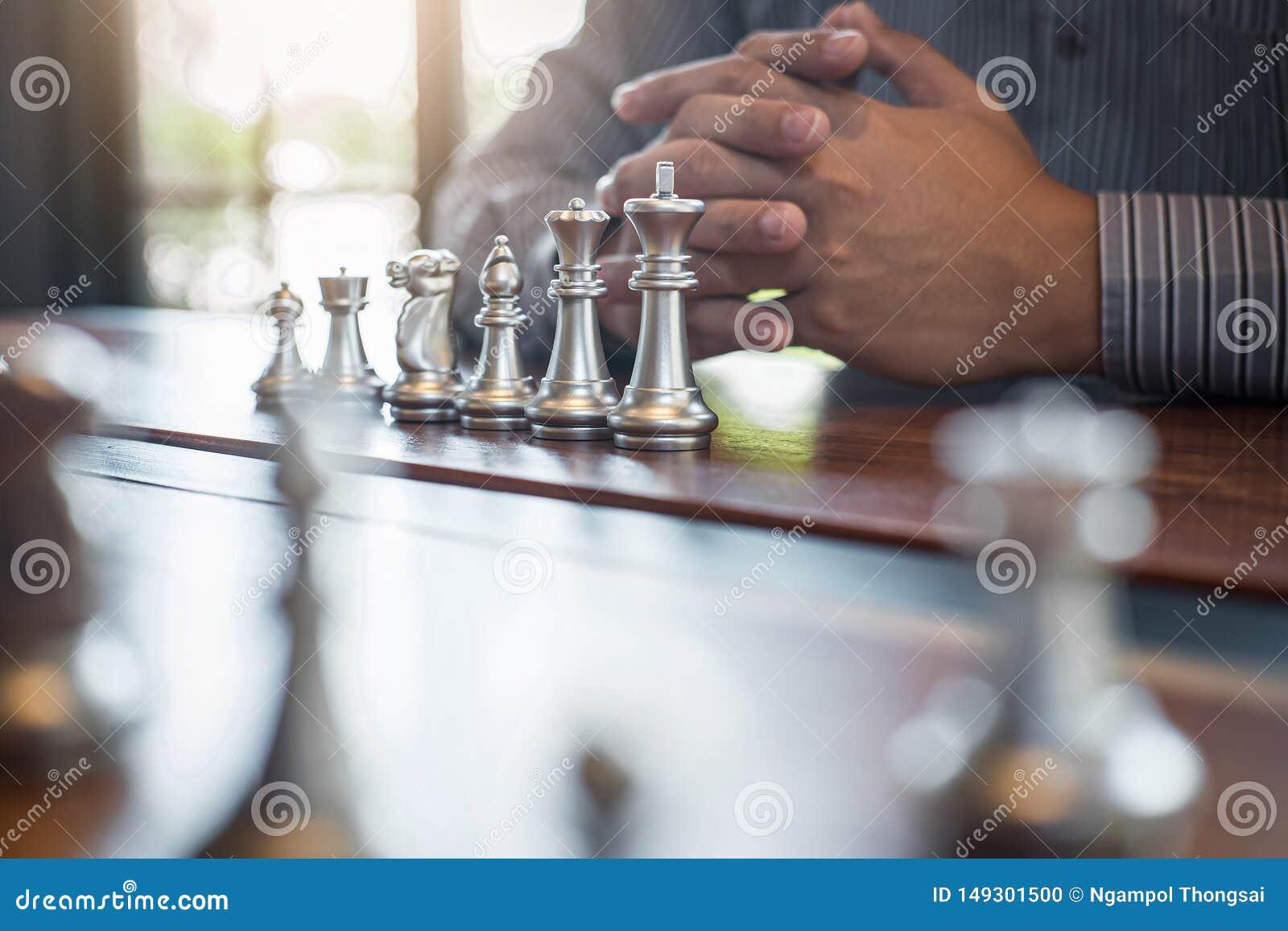 Oro y ajedrez de plata con el jugador, hombre de negocios inteligente que juega la competencia del juego de ajedrez al negocio de