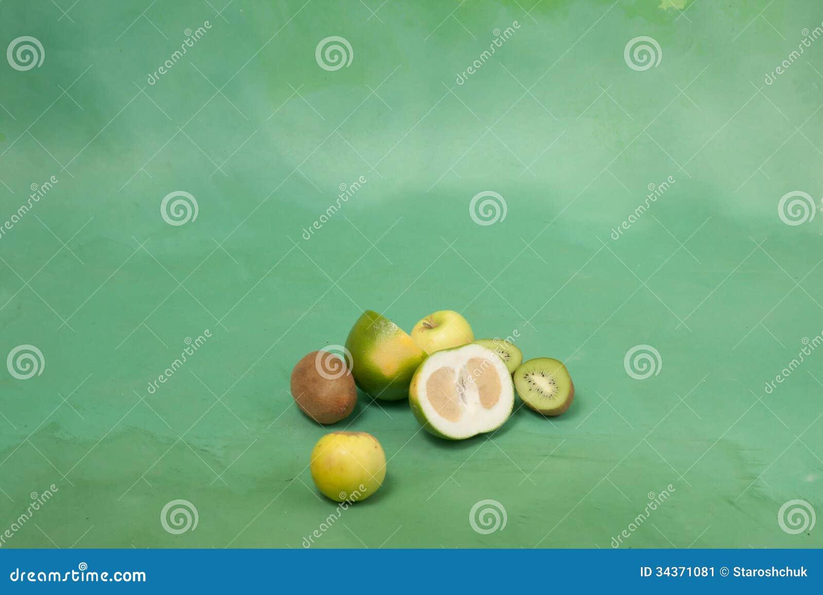 oroblanco et d 39 autres fruits verts sur un fond vert image stock image du fruit repas 34371081. Black Bedroom Furniture Sets. Home Design Ideas