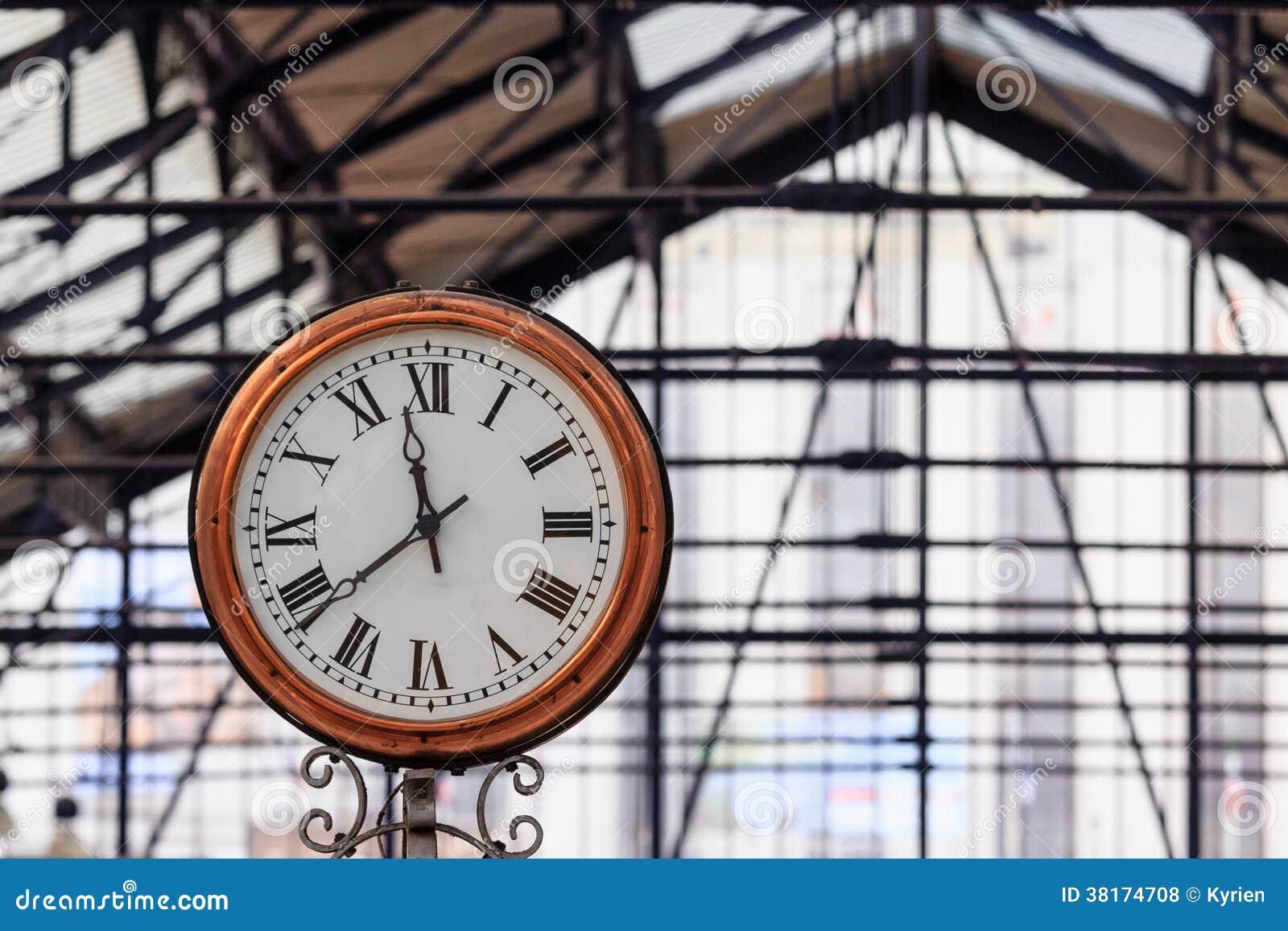 Orologio classico in una stazione della metropolitana for Orologio da stazione
